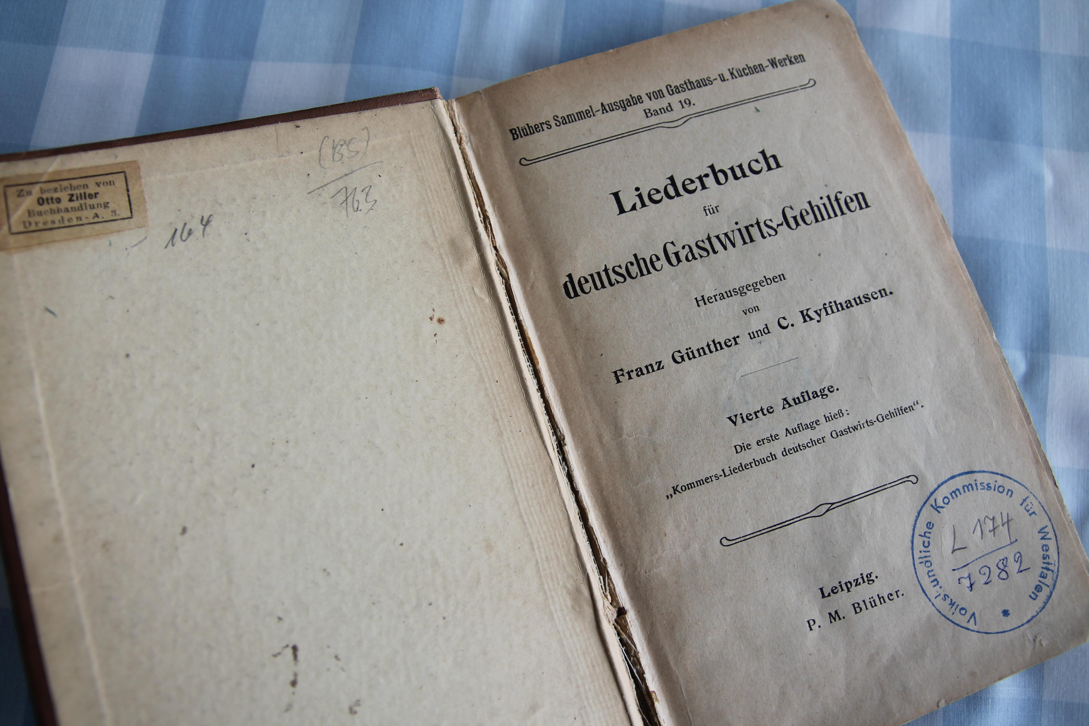 """""""Das Reisen ist des Kellners Lust."""" Ein Liederbuch für deutsche Gastwirts-Gehilfen von 1905"""